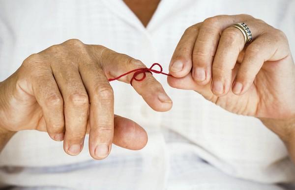 красная нитка на пальце