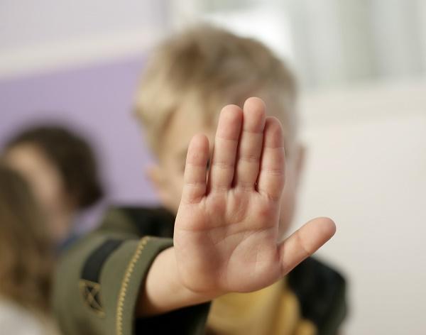 протестующий ребенок
