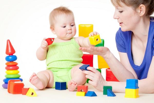 ребенок с игрой