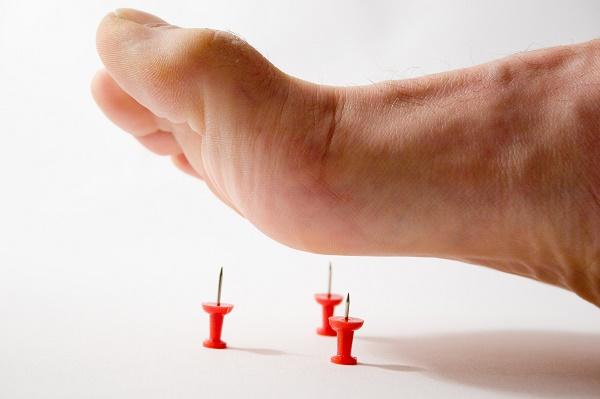 укол в ногу