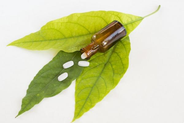 листья и таблетки