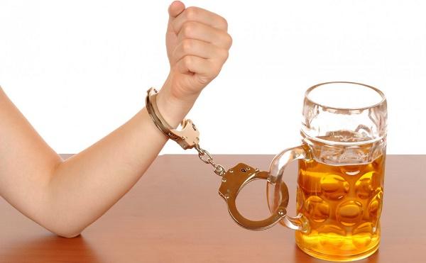 прикован к алкоголю