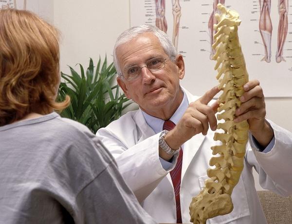 врач с позвоночником